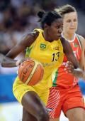 图文-奥运会17日女篮小组赛赛况  运球过人
