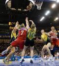 图文-奥运会17日女篮小组赛赛况  争抢篮板