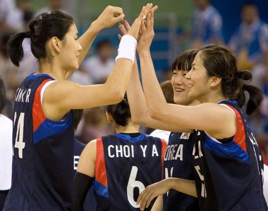 图文-奥运会17日女篮小组赛赛况  韩国队庆祝胜利