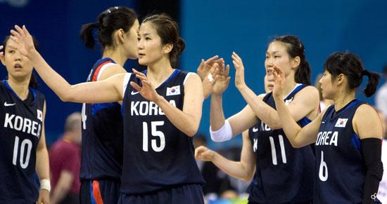 图文-奥运会17日女篮小组赛赛况  开心的韩国队