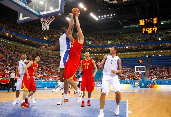 图文-[奥运]中国男篮77-91希腊 姚明上篮不惧犯规