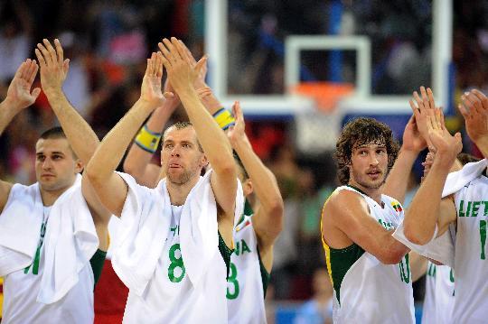 图文-男篮中国队不敌立陶宛队 立陶宛队员感谢观众