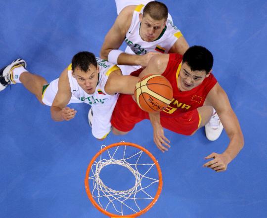 图文-男篮中国队不敌立陶宛队 双方拼抢篮板球
