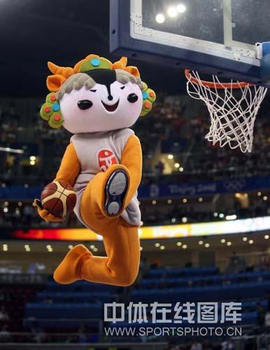图文-[奥运会]中国女篮VS澳大利亚 福娃轻松扣篮
