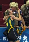 图文-中国女篮56-90澳洲 和支持者一块庆祝