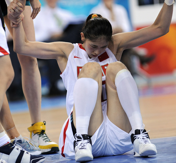 图文-[半决赛]中国女篮56-90澳洲 队友搀扶隋菲菲