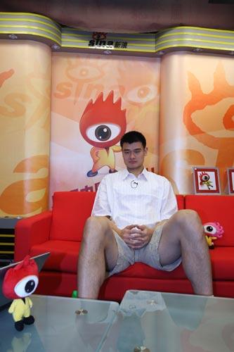 图文-姚明做客新浪与网友畅谈 巨人做客