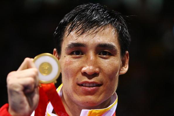 图文-男子拳击81KG张小平夺冠 张小平展示金牌
