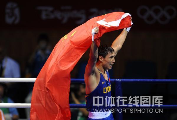 图文-男子拳击81KG张小平夺冠 红旗飘扬在赛场