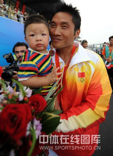 图文-孟关良/杨文军500米划艇卫冕 儿子是宝贝