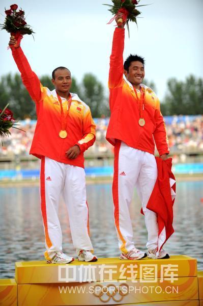 图文-孟关良/杨文军500米划艇卫冕 最高领奖台