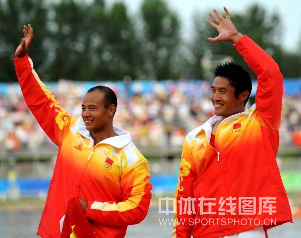 图文-孟关良/杨文军500米划艇卫冕 向观众挥手