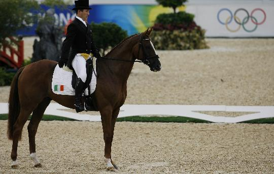 图文-奥运马术比赛三项赛 爱尔兰奥斯汀向观众致意