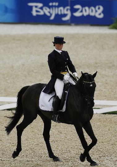 图文-奥运马术比赛三项赛 瑞典选手卡特琳在比赛中