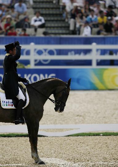 图文-奥运马术比赛三项赛 意大利选手向观众致意