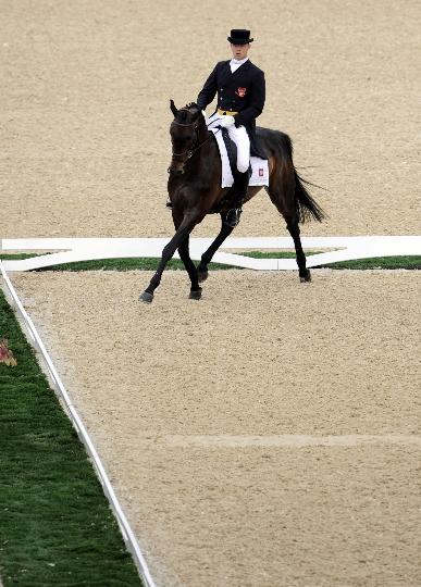 图文-奥运马术比赛三项赛 波兰骑手帕维尔在比赛中