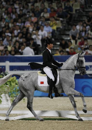 图文-中国选手亮相马术赛场 中国骑手华天在比赛中