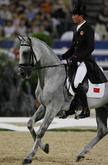 图文-中国选手亮相马术赛场 灰色宝马好似闲庭信步