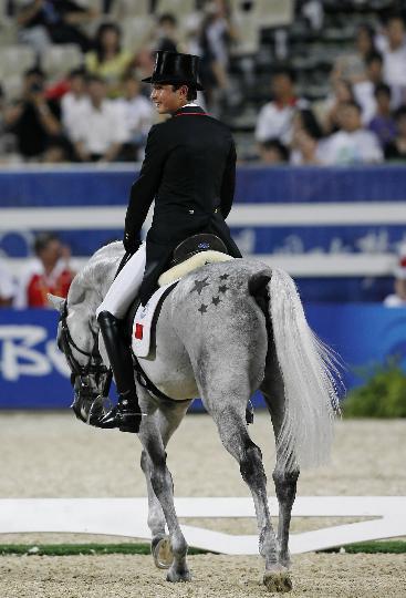 图文-中国选手亮相马术赛场 赛后华天回眸一笑