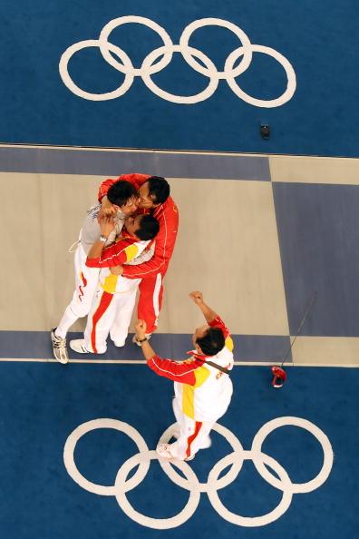 图文-仲满获得男子佩剑个人冠军 俯瞰庆祝的瞬间
