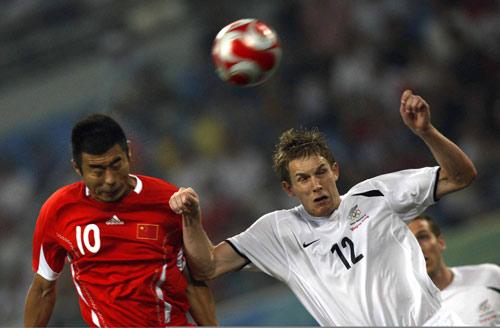 图文-中国国奥1-1新西兰国奥 韩鹏比对手高出一头