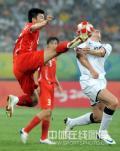 图文-中国国奥1-1战平新西兰 寸土必争之球