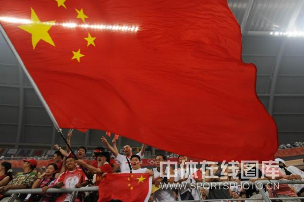 图文-中国国奥1-1战平新西兰 国旗鼓舞战士