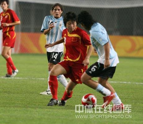 图文-[女足]中国vs阿根廷 徐媛准备强突对手