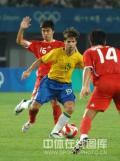 图文-[男足]中国0-3巴西 迭戈前场十分活跃