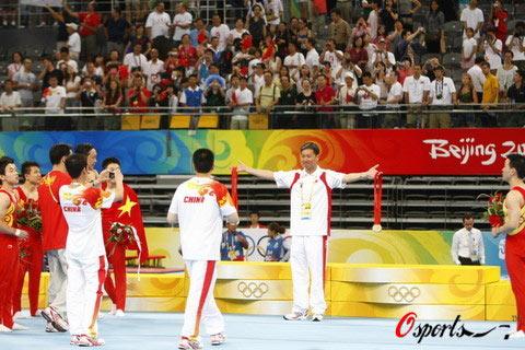 图文-奥运体操男团中国队夺冠  与金牌合影
