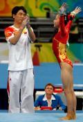 图文-中国体操首夺奥运女团冠军 何可欣受教练夸赞