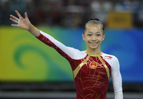 图文-体操女子全能决赛 杨伊琳向观众招手
