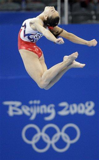 图文-体操女子全能决战争金 杜盖恩空中飞跃