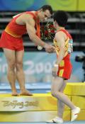 图文-体操男子自由操决赛 与对手友好握手