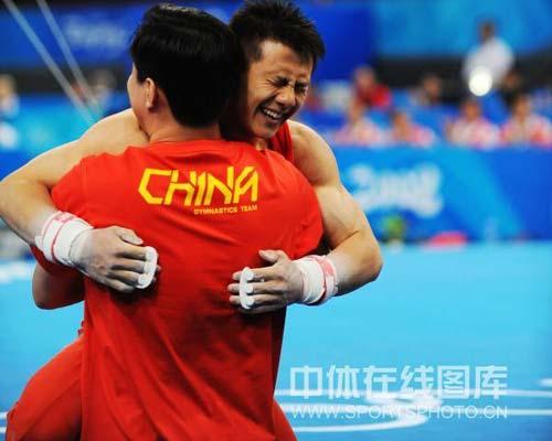 图文-奥运体操男子吊环决赛 陈一冰和教练拥抱