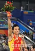 图文-陈一冰夺得男子吊环金牌 杨威展示奖牌