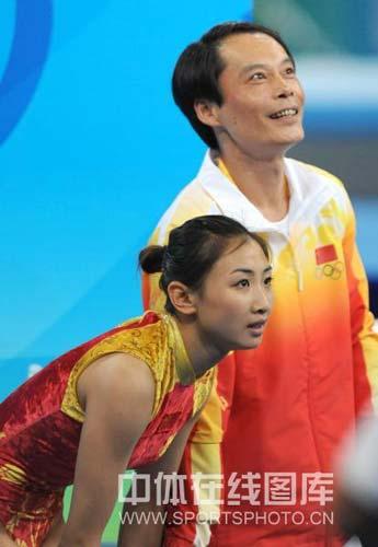 图文-中国选手何雯娜夺得女子蹦床冠军 一起看成绩