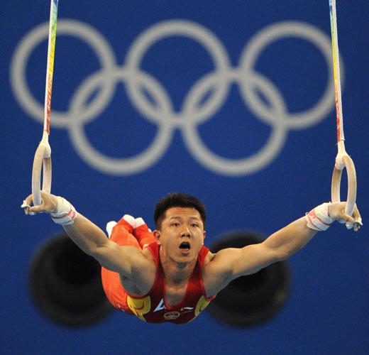 图文-体操男子吊环决赛打响 陈一冰完美表演