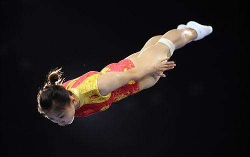 图文-体操女子蹦床决赛打响 何雯娜冲向金牌