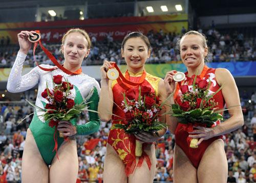 图文-体操女子蹦床决赛打响 展示手中的奖牌