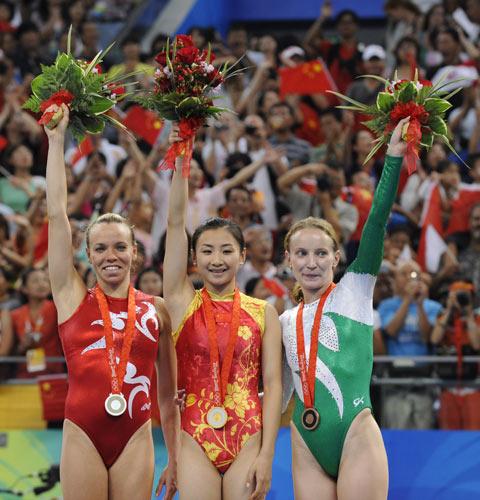 图文-体操女子蹦床决赛打响 站在领奖台上