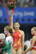 图文-中国夺得女子蹦床金牌 何雯娜举起鲜花