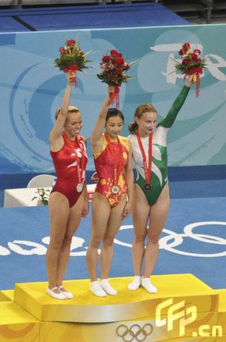 图文-中国选手何雯娜夺得女子蹦床冠军 前三名