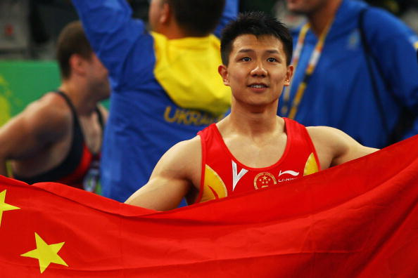 图文-奥运会体操男子吊环决赛 陈一冰拿着国旗