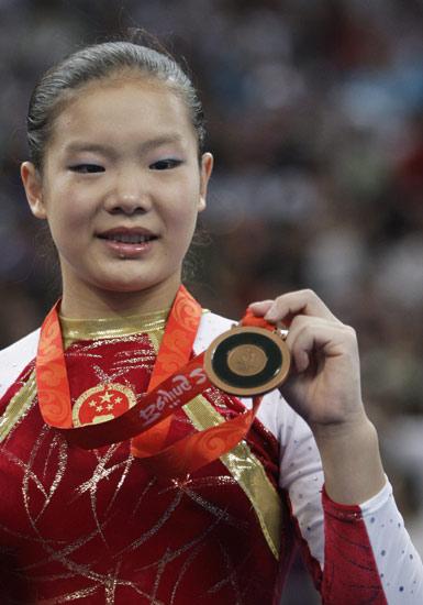 图文-平衡木约翰逊夺冠程菲季军 程菲展示铜牌