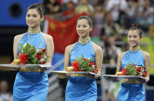 图文-邹凯获得奥运单杠冠军 礼仪小姐美丽端庄