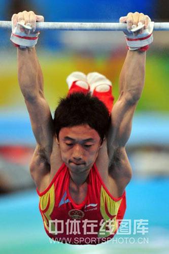 图文-体操单杠决赛上演 邹凯奋力一搏