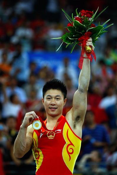 图文-奥运会男子体操双杠决赛 李小鹏手拿金镶玉
