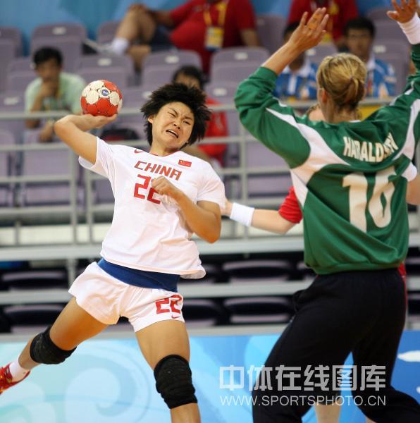 图文-[女子手球]中国23-30挪威 22号面对门将