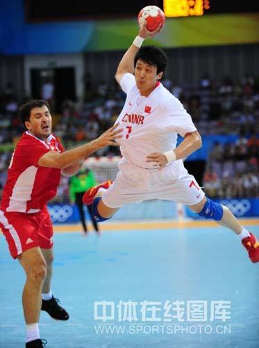 图文-[男手]中国22-33负克罗地亚 高高跳起射门